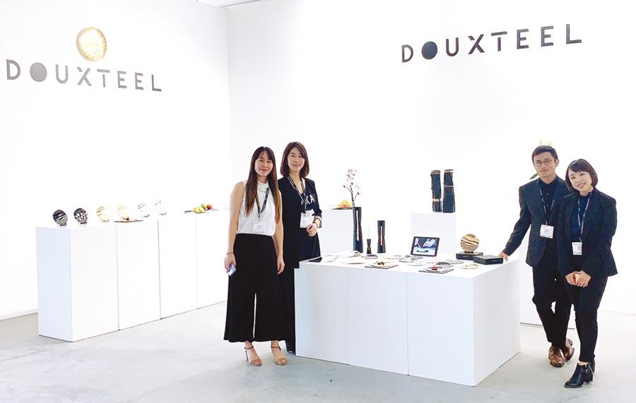 澄茂總經理林洧緹(左二)在杜拜設計展中,與設計團隊合影。圖/業者提供