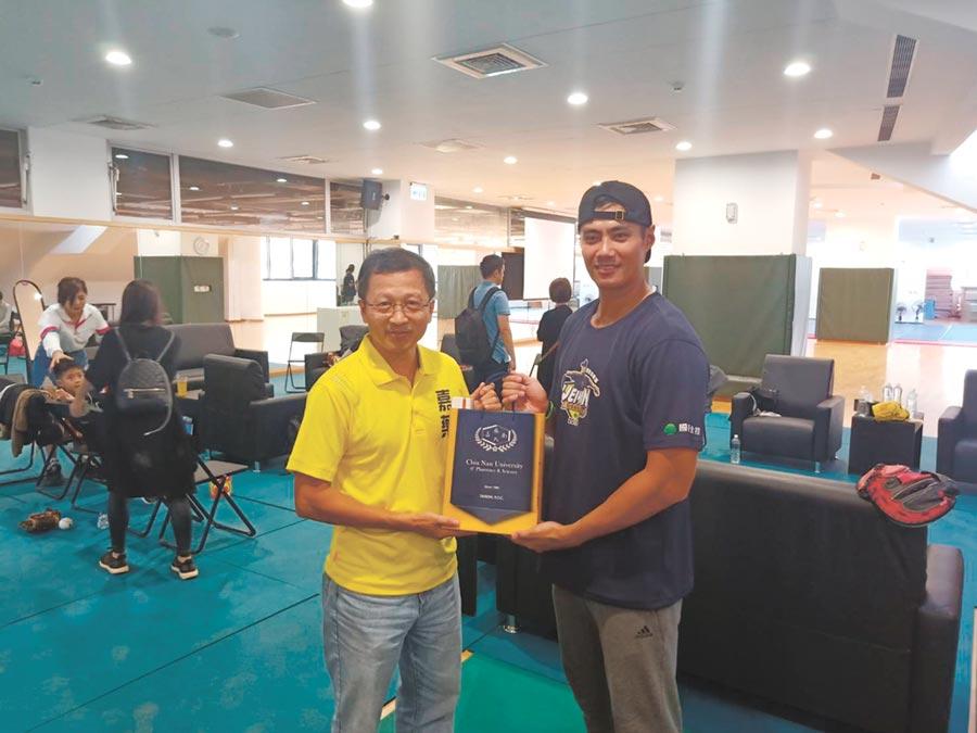 嘉南藥理大學副校長廖志祥(左)與陳偉殷(右)。圖/周榮發