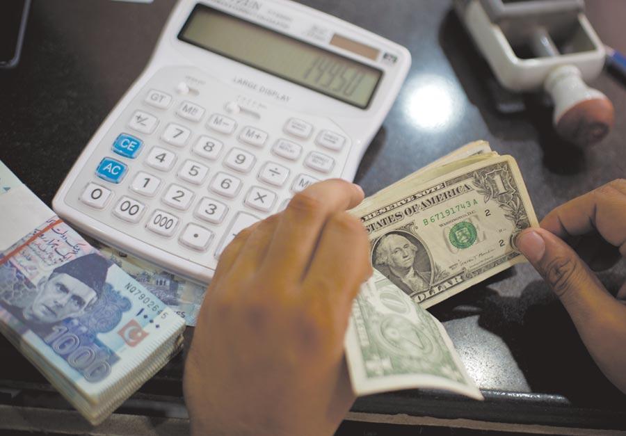 國內散戶美元存款量最大的台銀拍定12月新版美元優存方案,將維持與11月不變的利率。圖/美聯社