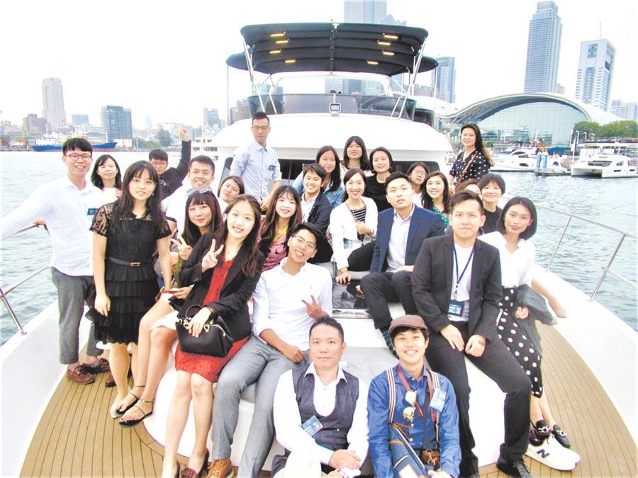 ITI國企班高雄校區學生會、南區校友會與台灣前三大遊艇公司之一的嘉信公司合作,舉辦產業校友聚會「艇想你的,ITI Yacht Party!」。圖╱貿協提供