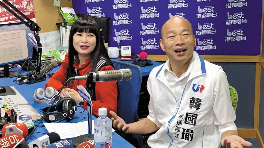 國民黨總統參選人韓國瑜(右)2日接受港都電台節目主持人素蘭(左)專訪,強調民調喊「唯一支持蔡英文」這是一個策略 ,怎麼會是開玩笑。(柯宗緯攝)