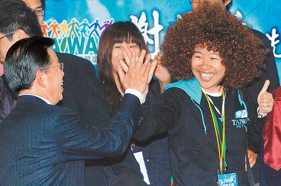 「卡神」楊蕙如(右)與謝長廷(左)關係不錯。(本報資料照片)