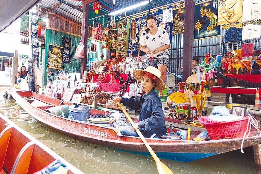 泰國來台人數僅小幅成長,台人去泰人次則直線上升,觀光逆差明顯。圖為旅客遊泰知名景點安帕瓦水上市場。(黃世麒攝)