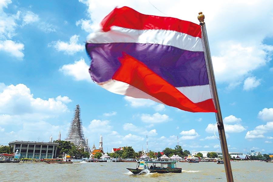 台灣給泰國免簽方便,泰卻不重視台灣市場,要求越來越嚴謹,外交部應幫民眾爭取尊嚴。。圖為曼谷的昭拍耶河上往來的觀光交通船,是知名旅遊路線。(黃世麒攝)