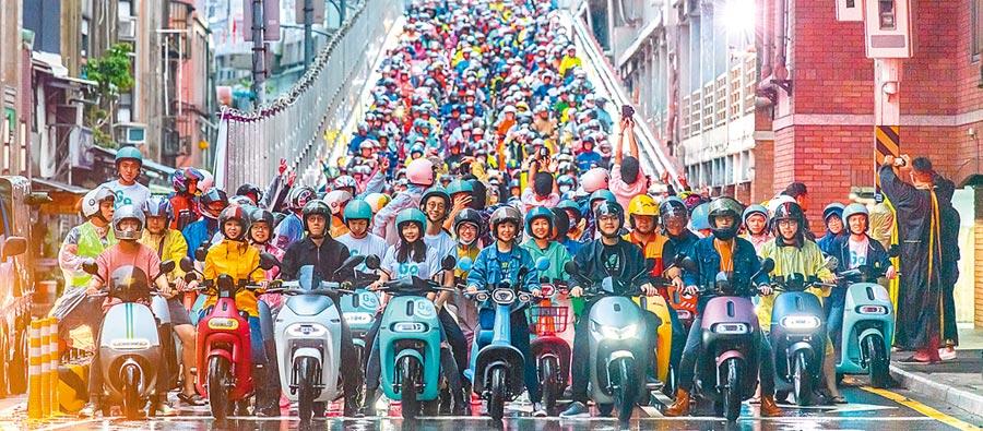 今年電動機車快閃台北橋,Gogoro、YAMAHA、A Motor宏佳騰、GoShare總動員,總計突破1572台,超越去年金氏世界紀錄。(Gogoro提供)