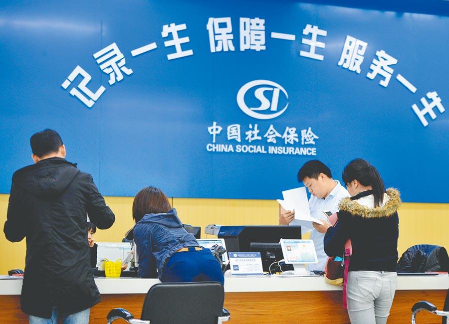 大陸2日公布《香港澳門台灣居民在內地(大陸)參加社會保險暫行辦法》,擴大台商、台胞納保範圍。圖為民眾在福州市市民服務中心辦理社保相關手續。(中新社)