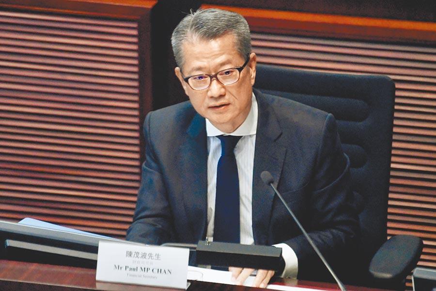 香港特區財政司司長陳茂波出席立法會財經事務委員會會議時表示,香港經濟環境轉差,收及賣地收入減少,經濟處於異常艱難時期,政府將在今個財政年度得財政赤字,是15年以來首次。(中新社)