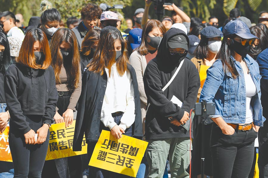 逾百名香港廣告界人士齊聚中環遮打花園,展開為期5天的罷工抗議行動。(美聯社)