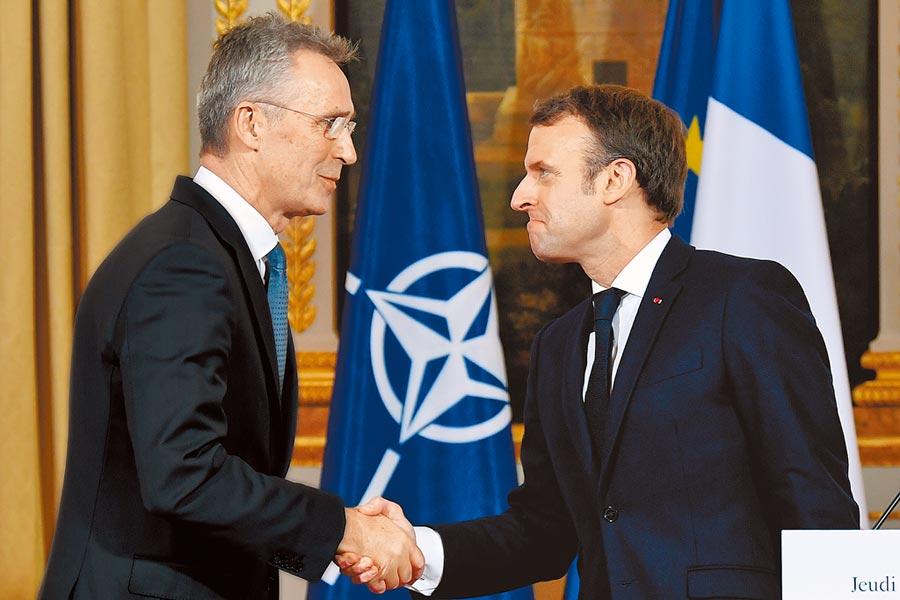 法國總統馬克洪(右)批評北約內部缺乏戰略協調,形同「腦死」。(路透)