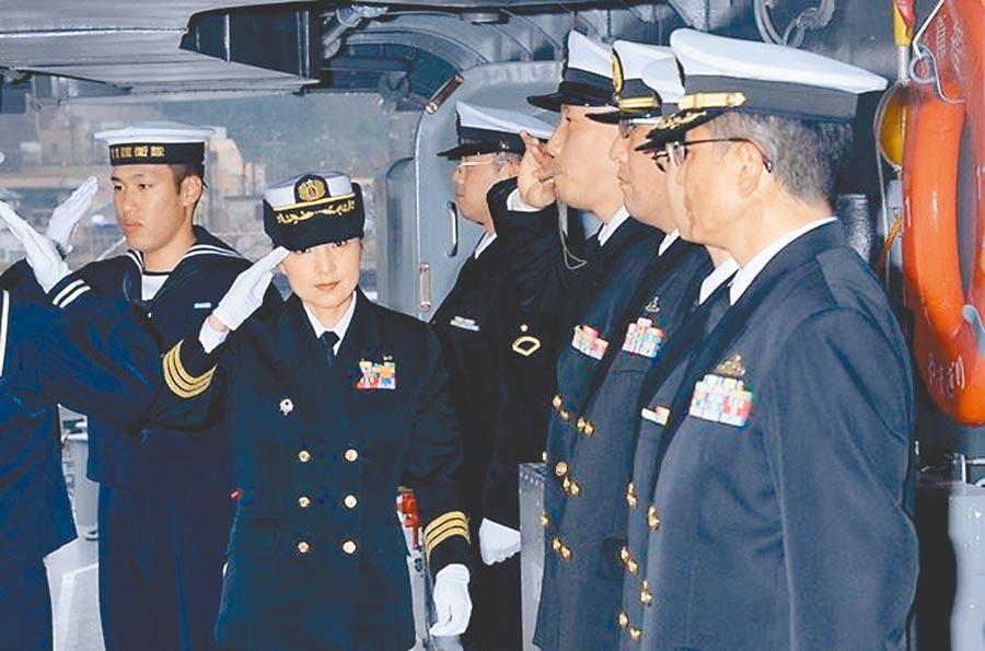 日本海上自衛隊一等海佐(上校)大谷三穗(左二)出任神盾艦「妙高」號艦長,成為日本首位神盾艦女艦長。(摘自日本海上自衛隊臉書)