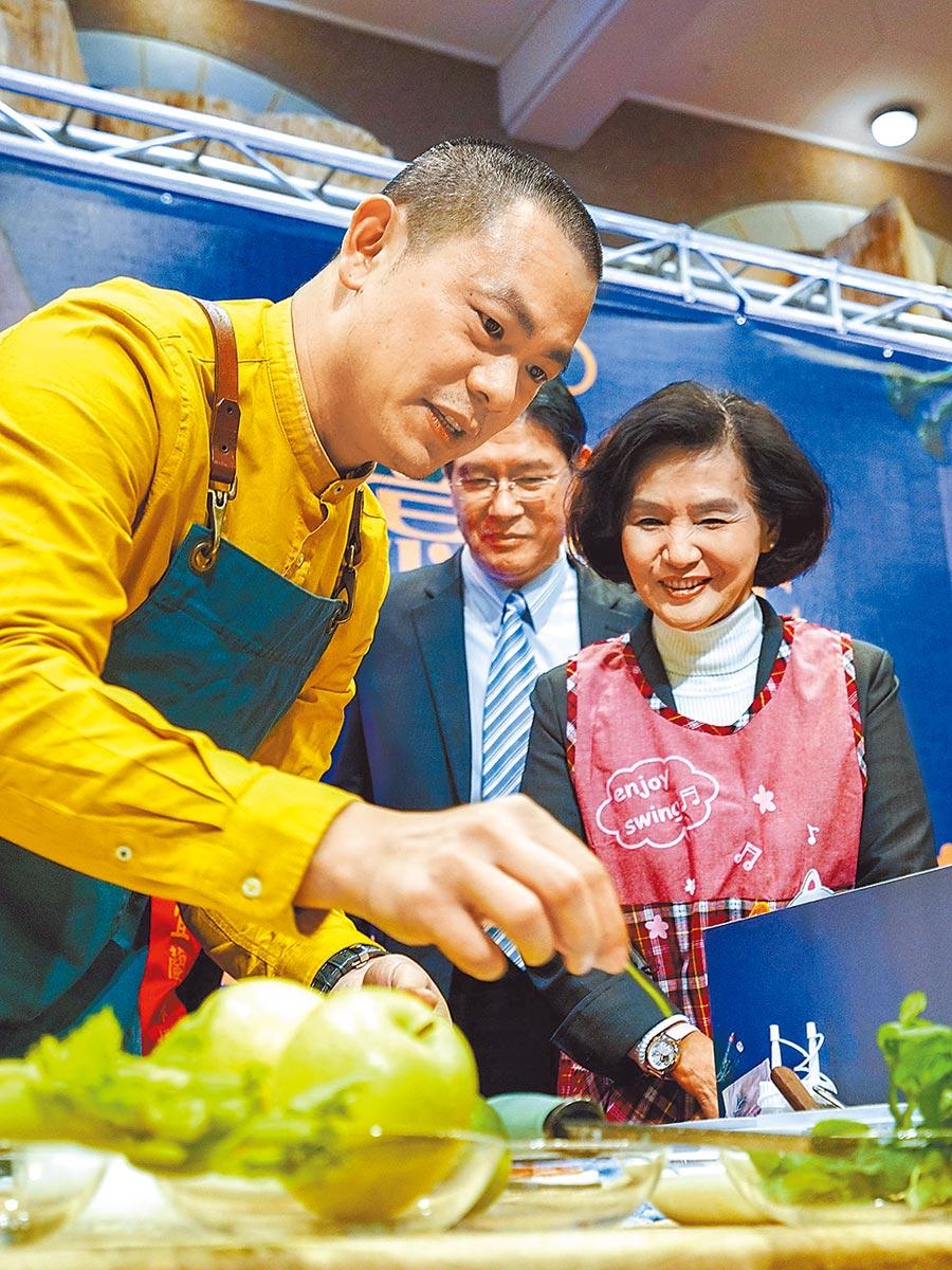 名廚江振誠(左)昨天代言「2019宜蘭真工夫─創意料理技藝達人」,宜蘭縣長林姿妙(右)在旁觀摩,對江的廚藝讚不絕口。(李忠一攝)