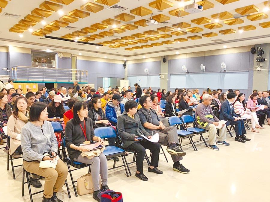 北市觀光傳播局擬在萬華區畫設人文風貌歷史專區,昨在萬華區公所舉辦座談會,上百居民參與。(張薷攝)
