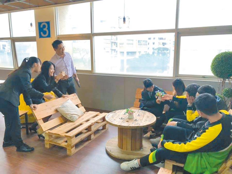 健行科大國際企業經營系課程教學生如何拍出網美照。(呂筱蟬攝)