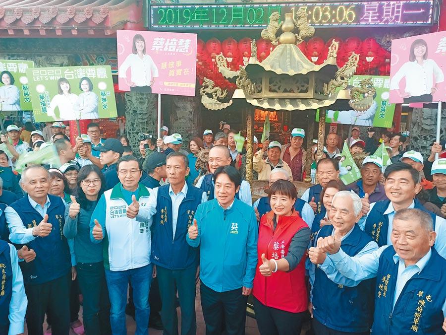 賴清德與蔡培慧來到草屯鎮陳府將軍廟參香,受到支持者熱烈歡迎。(張晉銘攝)