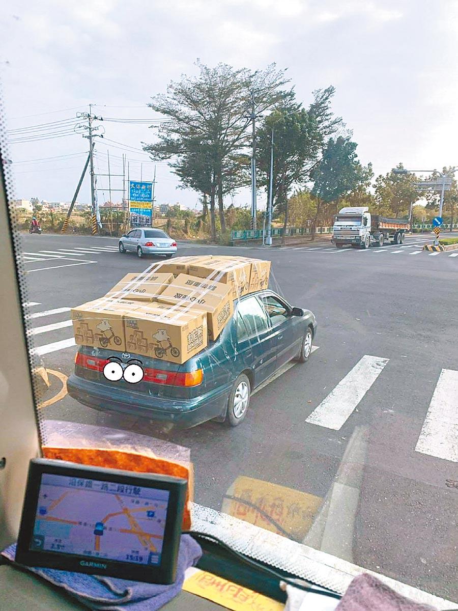 衛生紙太便宜,民眾用轎車硬載8大箱引發熱論。(吳品峰提供/張朝欣雲林傳真)