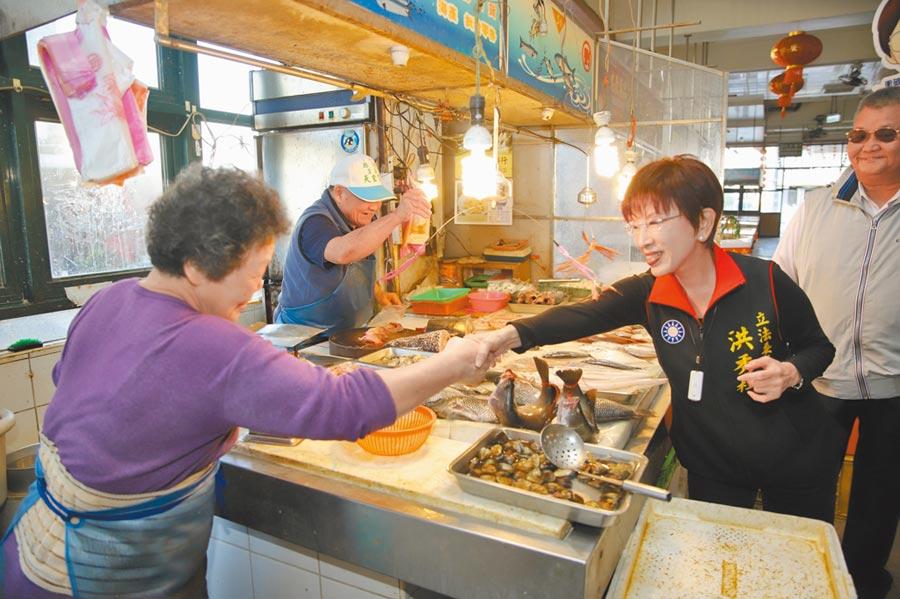 國民黨前主席洪秀柱(右)參選台南市第六選區立委,她到菜市場拜票,受到婆婆媽媽們歡迎。(洪秀柱競選總部提供/程炳璋台南傳真)
