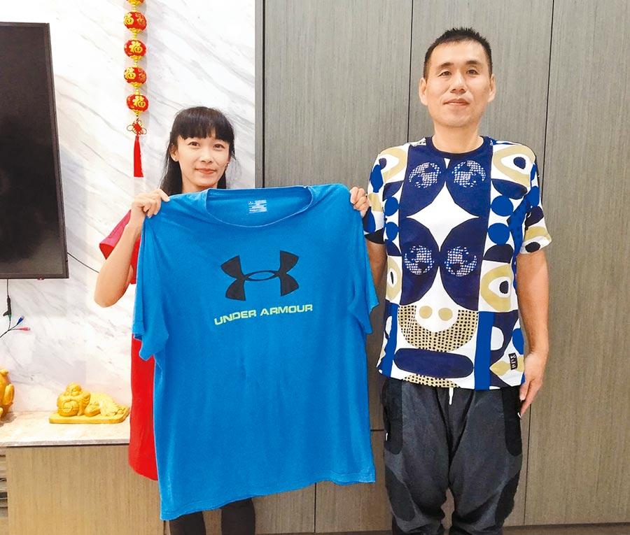 蔡旻娟(左)協助老公謝志成(右)狠甩50公斤,腰瘦變型男。(廖素慧攝)