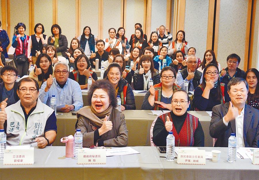 樹德科大校友朱建安(左)榮獲「第23屆身心障礙楷模金鷹獎」。(樹德科大提供/林瑞益高雄傳真)