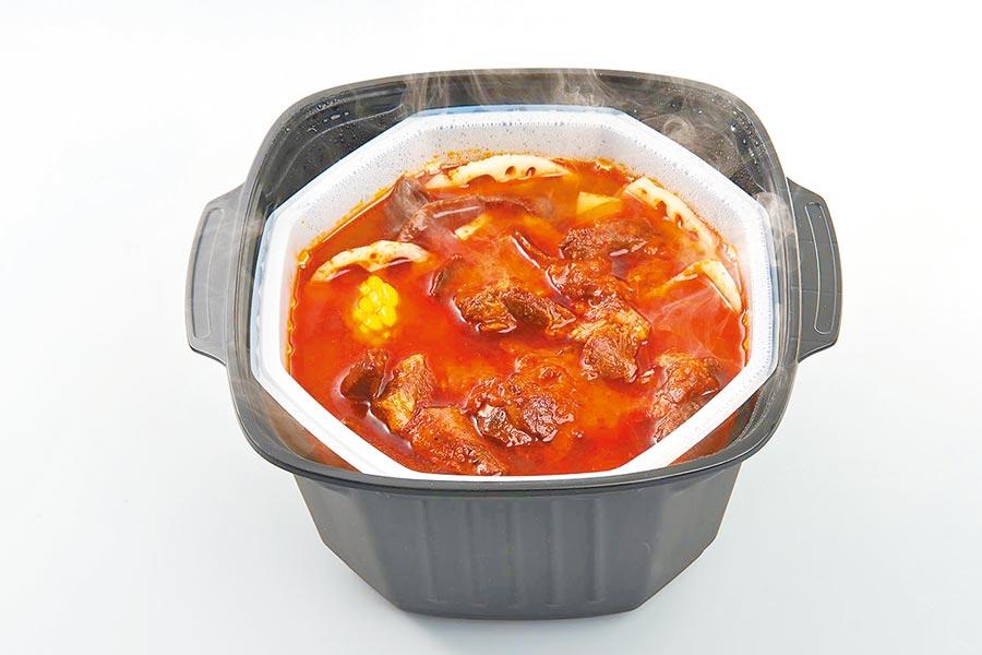 家樂福新品「這一鍋經典秘藏鴛鴦鍋」,送鴛鴦鍋具組,約2650g、1288元。(家樂福提供)