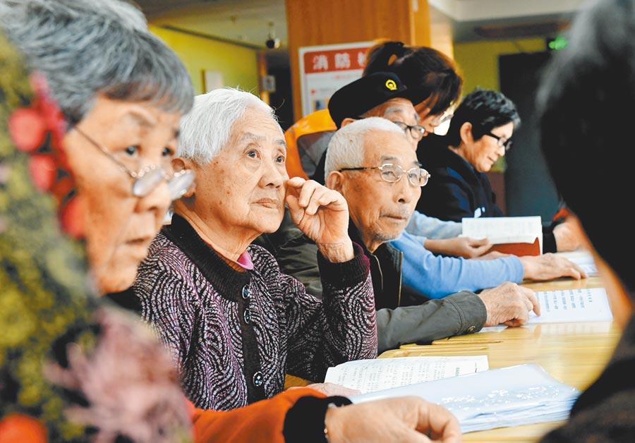 台胞在台灣確有勞保,可免繳養老險。圖為老人在福建建甌頤養中心學習交流。(新華社資料照片)