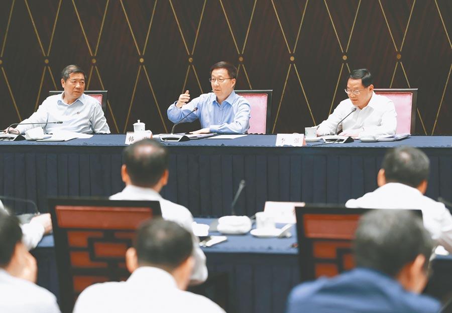 6月3日,大陸國務院副總理韓正(中)在上海主持推動長三角一體化發展領導小組會議。(新華社)
