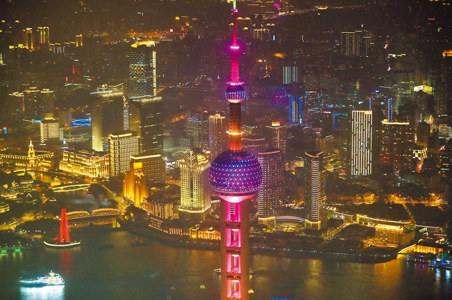 11月4日,上海黃浦江兩岸燈光璀璨,有意取代紐約。(中新社)