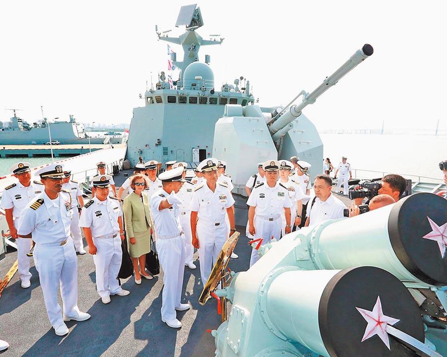 陸可能進一步報復美國,減少雙方軍事交流。圖為美海軍太平洋艦隊司令哈尼上將,在大陸南海艦隊司令蔣偉烈陪同下,參觀解放軍衡陽艦。(中新社資料照片)