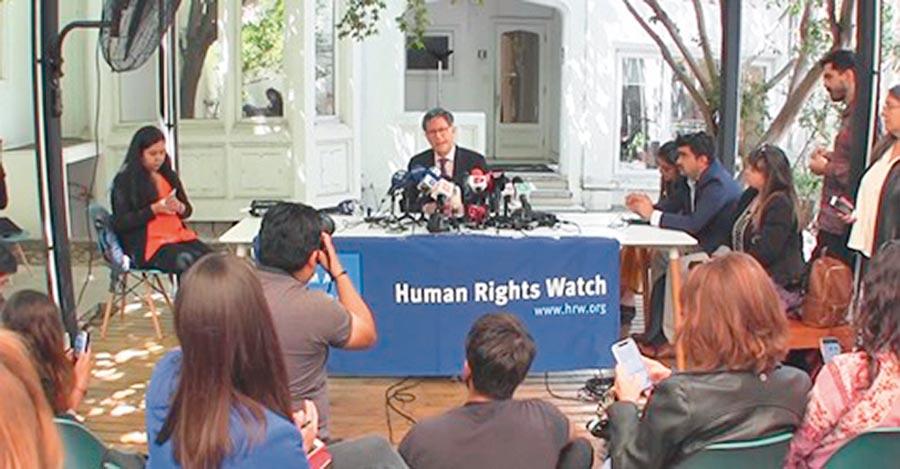 陸制裁數個非政府組織煽動香港抗爭。圖為「人權觀察」譴責智利警方對示威者使用過分武力。(取自FB@人權觀察)