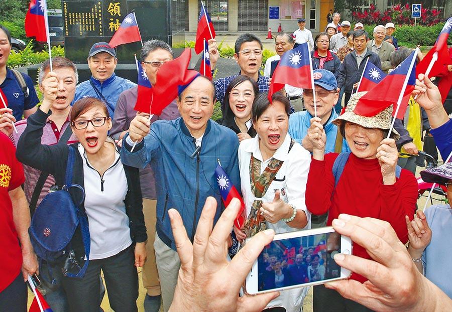 前立法院長王金平(中)與民眾一起揮舞國旗拍照留念。(本報系資料照片)