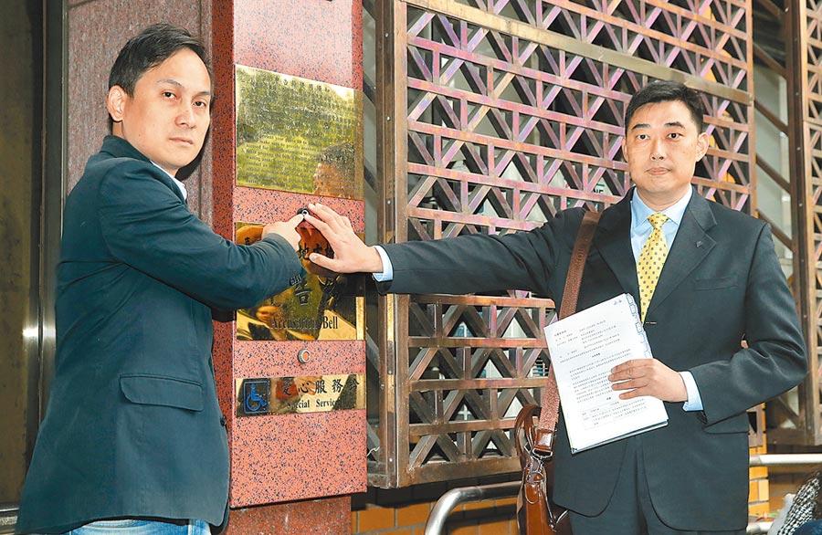 2日,韓國瑜競選辦公室發言人葉元之(左)與律師葉慶元,赴台北地檢署控告黃國昌違反選罷法。(本報系記者陳君瑋攝)