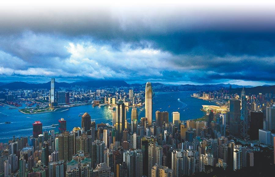 香港現15年來首次財政赤字,圖為烏雲密布的維港上空。(中新社資料照片)