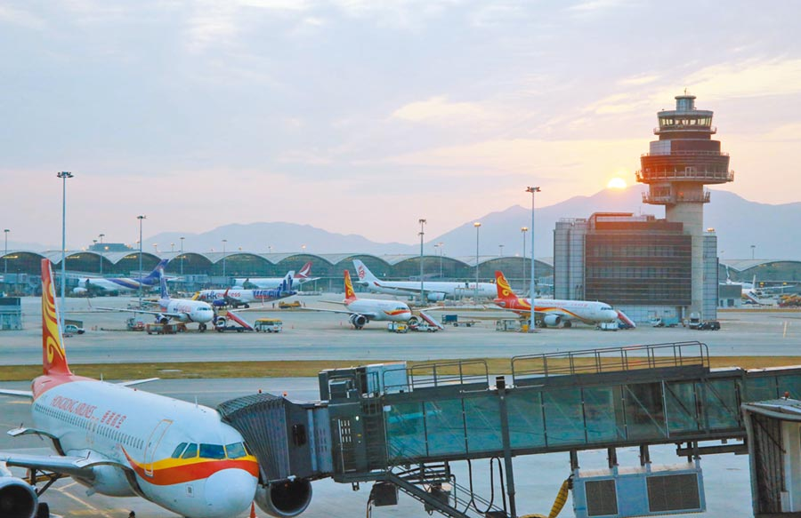 香港航空傳出財務危機,連日來陸續停飛多條國際航線及取消機上娛樂系統,圖為香港國際機場。(中新社資料照片)