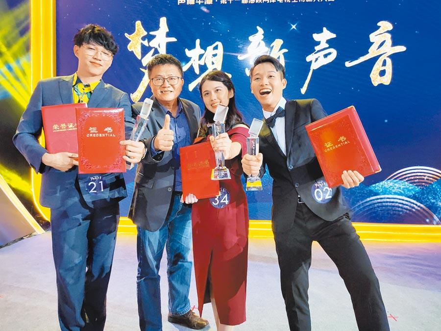 台灣選手在兩岸電視主持新人大賽創最佳成績。圖左到右分別為蘇子朋、時際創意傳媒副總經理洪肇君、蔡孟軒、顏定瀚。(記者廖慧娟攝)