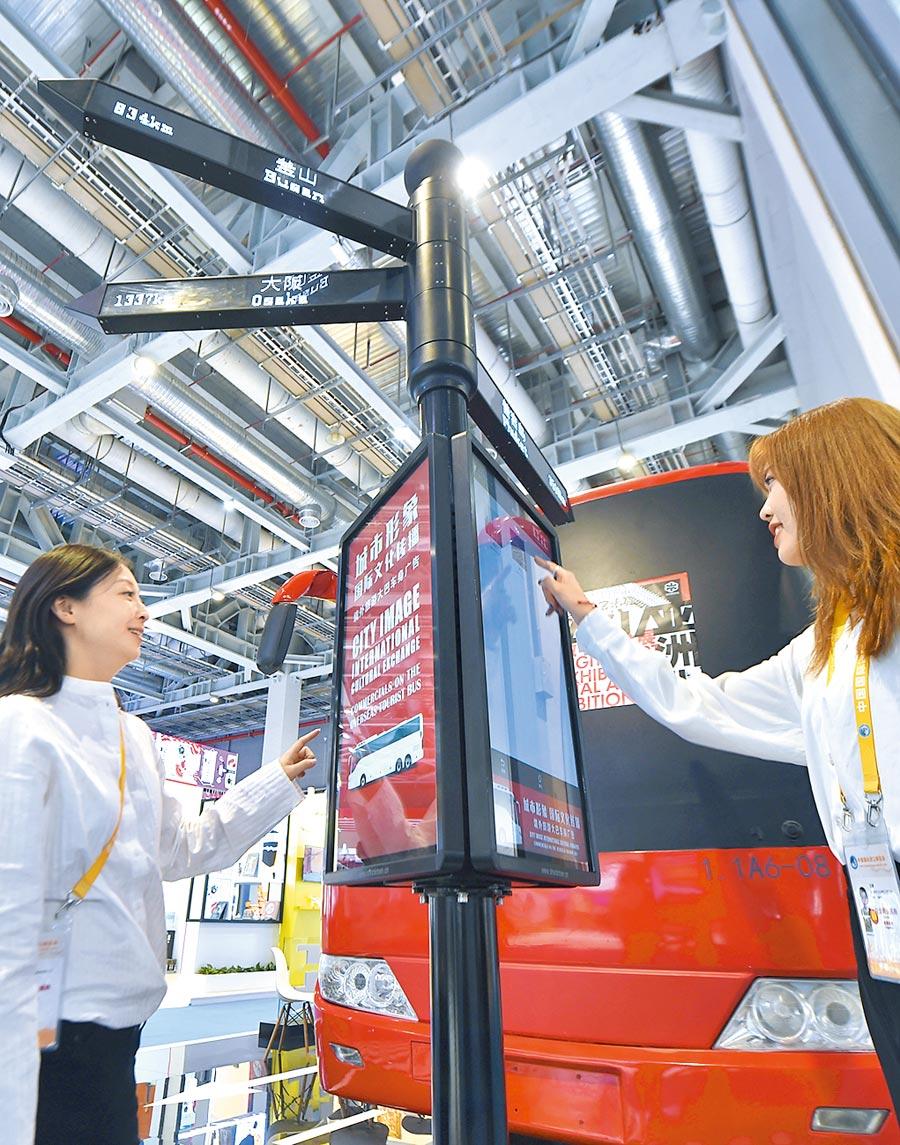 11月5日,工作人員在第二屆進博會介紹文旅項目。(新華社)