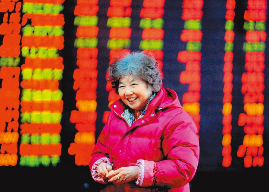 股民在瀋陽一證券營業廳查看股票行情。(新華社資料照片)