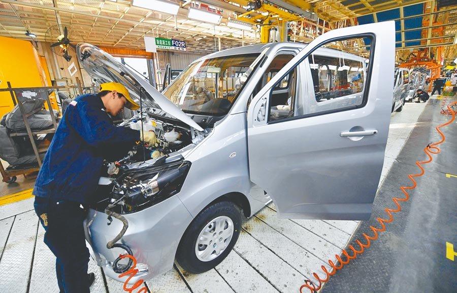 11月大陸製造業PMI重回擴張區間。圖為11月19日,河北一家汽車公司員工在生產線上工作。(新華社)