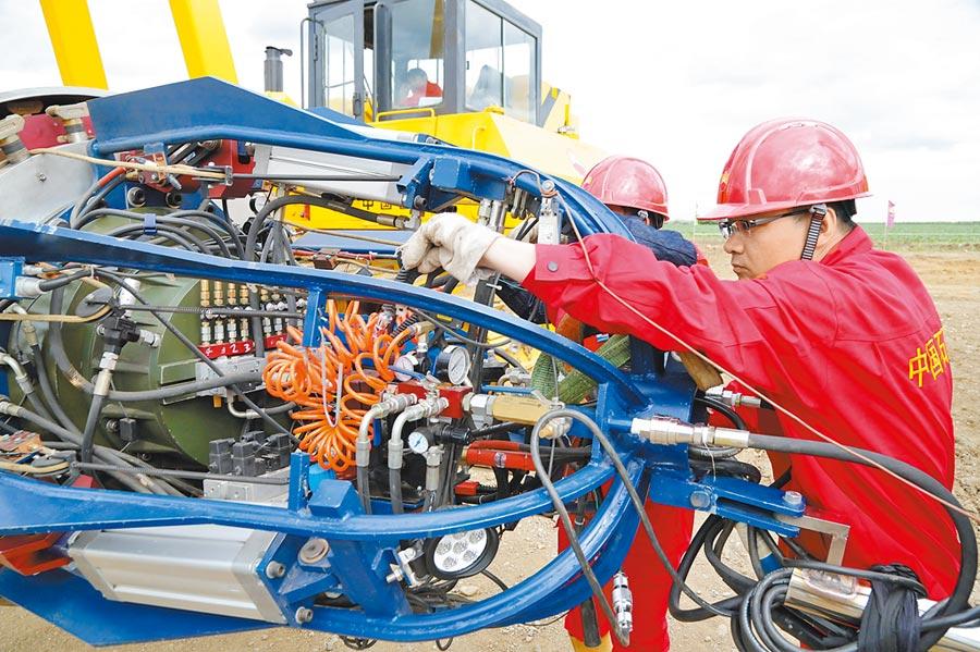 中俄東線天然氣管道工程黑龍江段進行內焊設備調試。(新華社資料照片)
