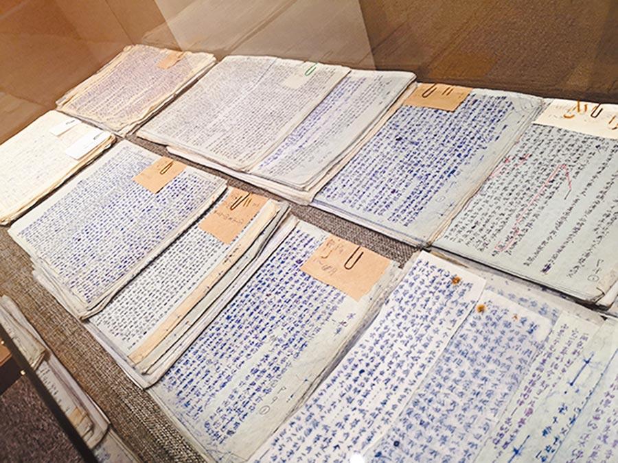 無名氏的長篇小說《死的岩層》手稿及粉絲抄寫稿引人注目。(取自公眾號@澎湃新聞)