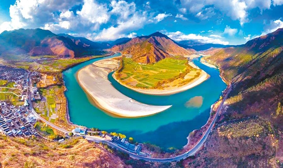 長江順著三級階梯奔流而下,圖為長江第一灣。(取自澎湃新聞)
