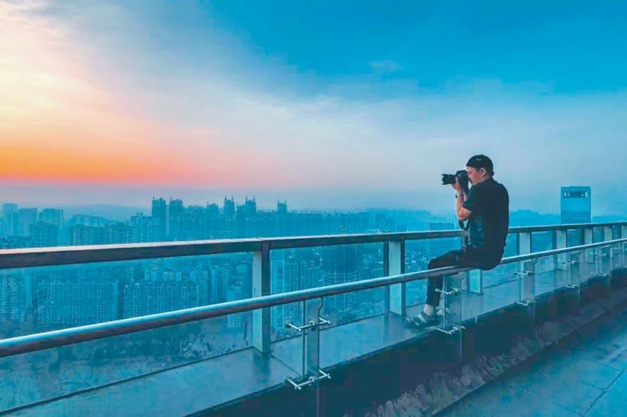 攝影師嘉楠在拍攝成都。(取自澎湃新聞)