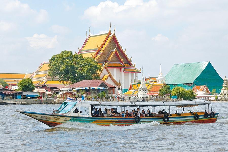 泰國曼谷的昭拍耶河上往來的觀光交通船。(黃世麒攝)