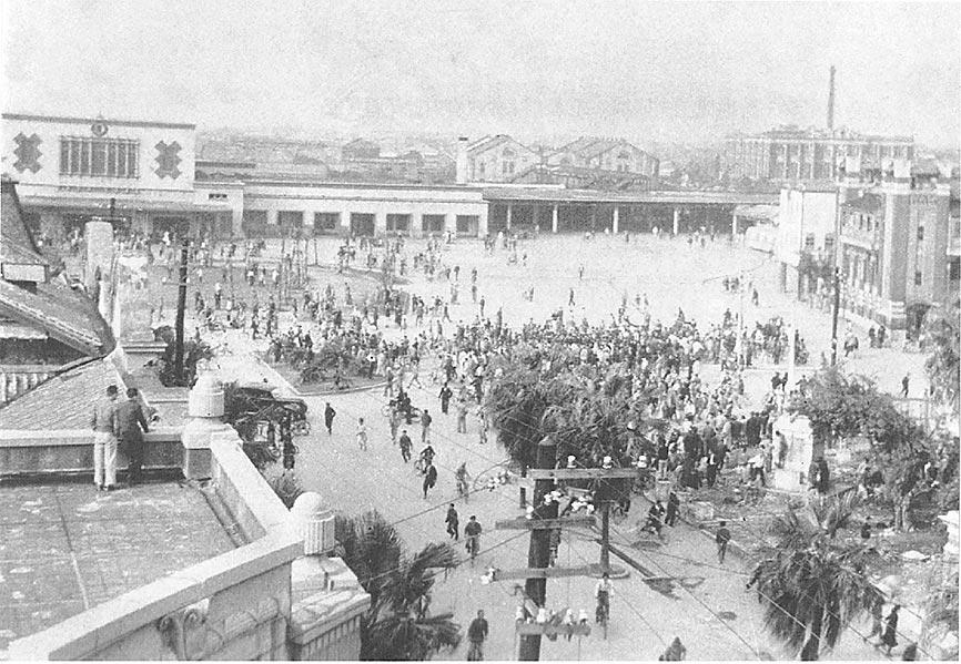 二二八事件當天台北火車站前的動亂(台北二二八紀念館)。(作者提供)