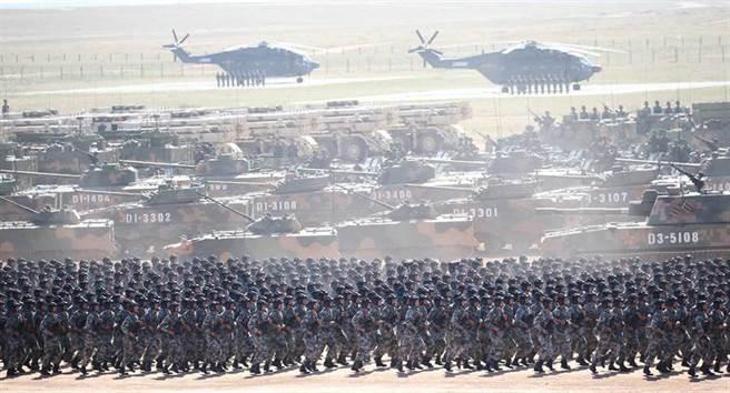 解放軍慶祝建軍90周年,2017年7月30日在內蒙古朱日和訓練基地舉行了大閱兵。(新華社)
