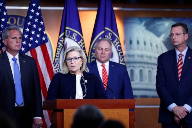 美國眾院通過彈劾川普報告,圖為共和黨重量級眾議員錢妮(Liz Cheney)3日在國會山莊召開記者會。(路透)