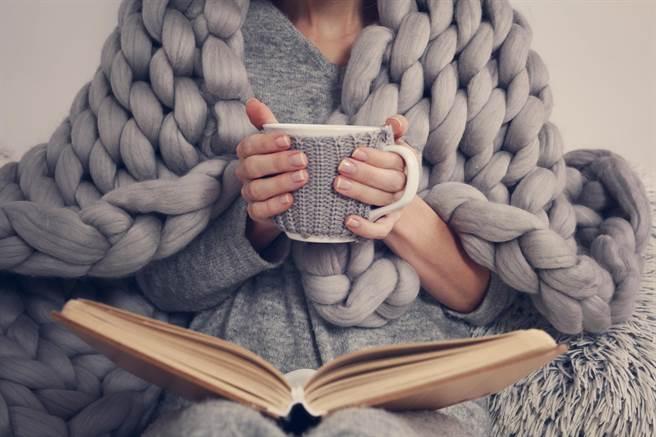 冬天到了,採買厚棉被之餘,掌握蓋被絕竅保暖效果更加分。(圖/Shutterstock)