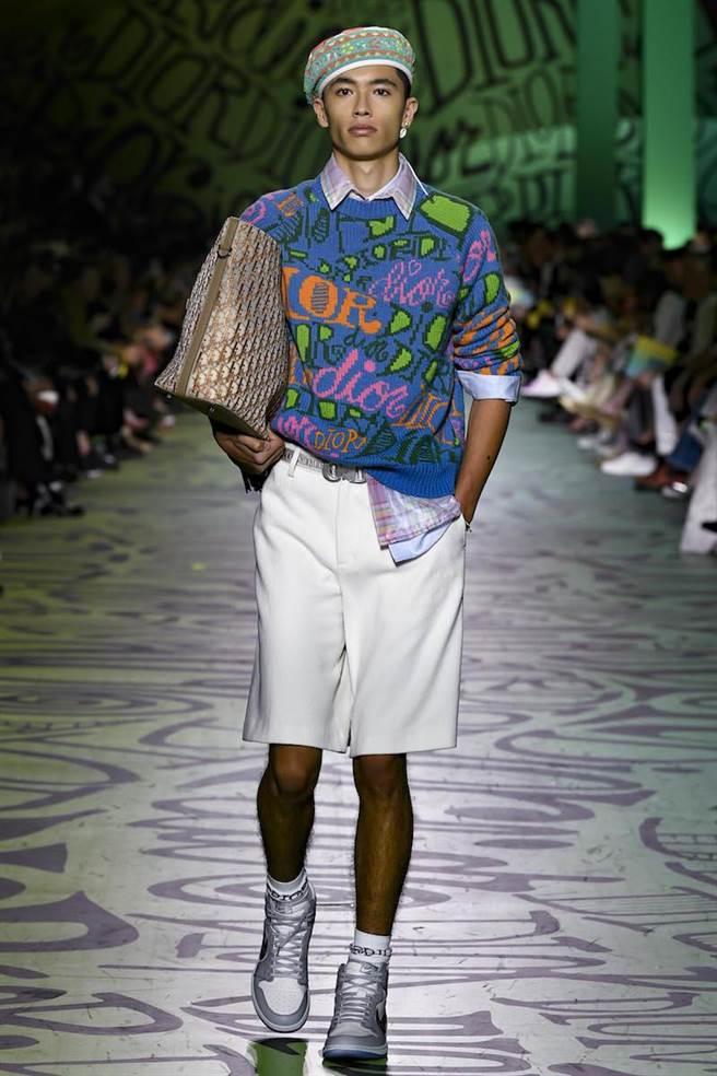 水手造型的模特兒戴上法式貝雷帽,腳踩Dior與Jordan的聯名限量復刻版運動鞋。(Dior提供)