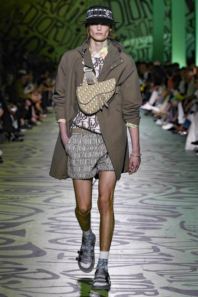 模特兒身上可見花卉與Dior Oblique斜紋完美搭配,並用金屬色Saddle馬鞍包致敬1年前Kim Jones的首場男裝秀。(Dior提供)