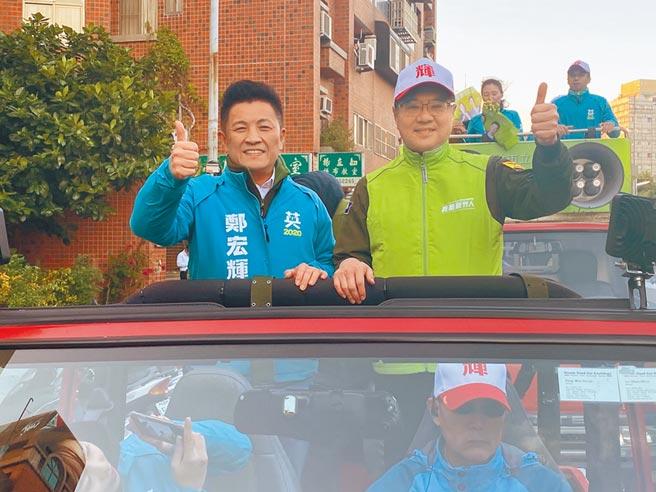 民進黨主席卓榮泰(右)3日南下竹市輔選,陪同立委參選人鄭宏輝車隊掃街。(陳育賢攝)