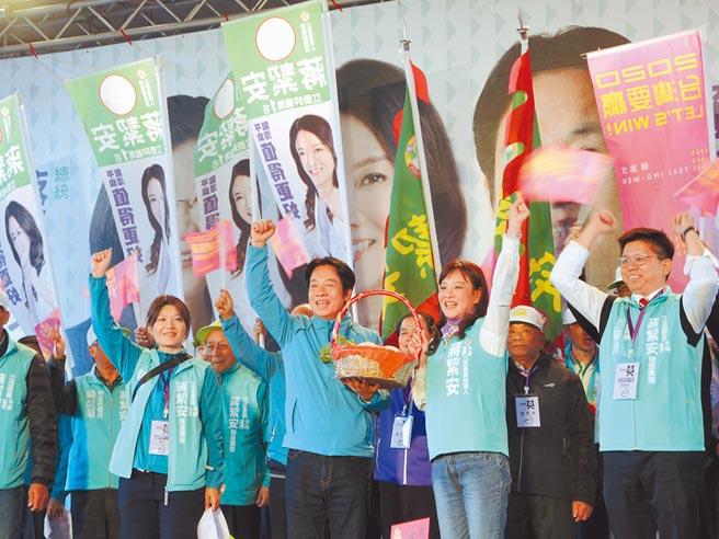 民進黨副總統參選人賴清德(左)到龍潭替蔣絜安(右)站台。(邱立雅攝)