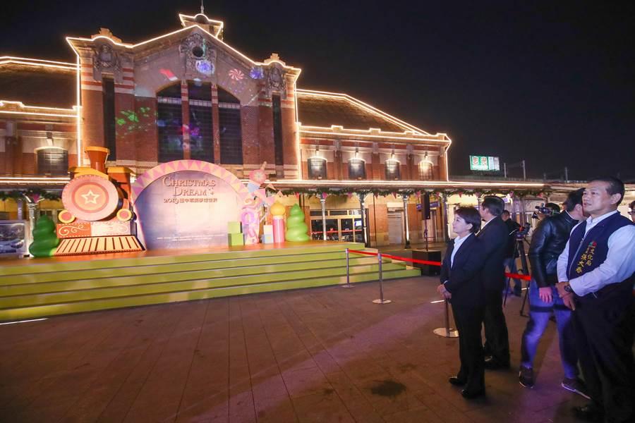 「2019台中耶誕夢想世界」3日晚上在台中火車站前廣場進行開幕試燈,市長盧秀燕親自到場坐鎮,緊盯測試情形。(盧金足攝)